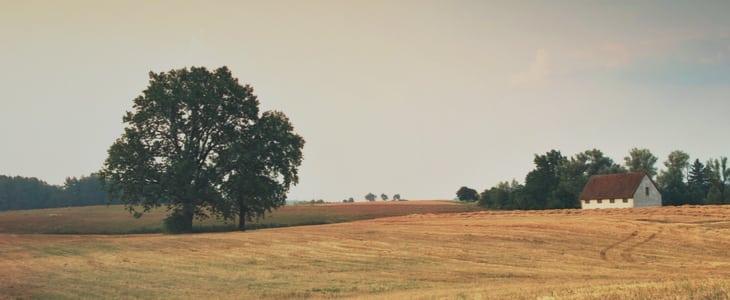 Gammalt farmhus på landet
